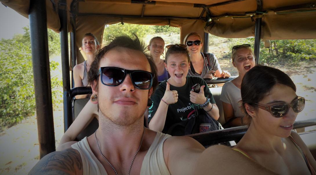 Volontärer som åker jeep på en game drive i Botswana.